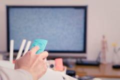 Kobiety ręki chwyt pilot do tv TV pudełko w żywym pokoju pusty ekran TV Obraz Royalty Free