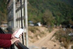 Kobiety ręki chwyta mądrze telefonu bielu pusty ekran, wyśmiewa up, technol fotografia stock