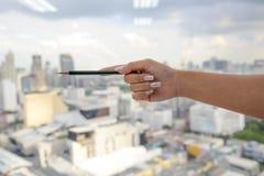Kobiety ręki chwyta ołówek zdjęcia stock