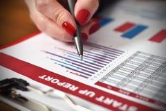 Kobiety ręki czeki zaczynają up raport Obraz Stock