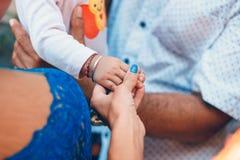 Kobiety ręki mienia dziecka ręka Europejczyka i azjata ręki Fotografia Stock