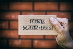Kobiety ręki mienia kartonu karta z słowami Zatrzymuje Znęcać się znowu Zdjęcia Stock