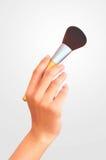 Kobiety ręki mienia muśnięcie dla makeup Fotografia Royalty Free