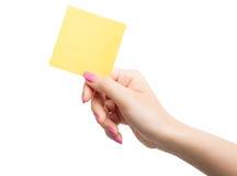 Kobiety ręki mienia pusty żółty notepaper Obraz Royalty Free