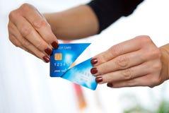Kobiety ręki mienia rżnięta kredytowa karta Zdjęcie Royalty Free