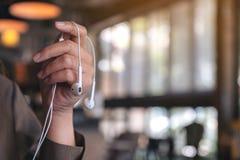 Kobiety ręki mienia słuchawki słuchać muzyka obraz stock