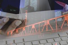 Kobiety ręki mienia telefon komórkowy i używać komputer z pejzażu miejskiego tłem Zdjęcia Royalty Free
