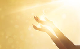 Kobiety ręki modlenie dla błogosławić od bóg na zmierzchu zdjęcie stock