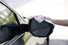 Kobiety ręki obcierania samochodu sucha powierzchnia z microfiber płótnem po wa Zdjęcia Stock