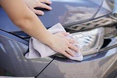 Kobiety ręki obcierania samochodu sucha powierzchnia z microfiber płótnem po wa Obrazy Stock