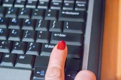 Kobiety ręki odciskania ` przesunięcia ` guzik na komputerze Fotografia Stock