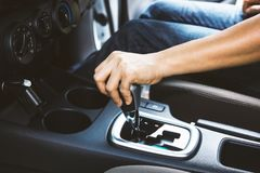 Kobiety ręki odmieniania przekładnia podczas gdy jadący scenę Zdjęcie Stock