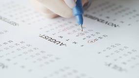 Kobiety ręki okrąg 4st i 5st dni august na papieru kalendarzu zbiory