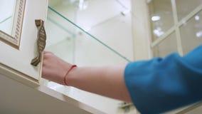 Kobiety ręki otwarcia spiżarni kuchenny drzwi i brać półką inside szkło zdjęcie wideo