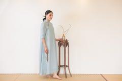 Kobiety ręki skręta koralików artystyczny poczęcie Zen herbata Zdjęcie Royalty Free