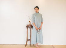 Kobiety ręki skręta koralików artystyczny poczęcie Zen herbata Obrazy Royalty Free