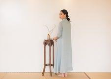 Kobiety ręki skręta koralików artystyczny poczęcie Zen herbata Obraz Royalty Free