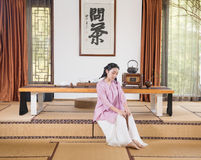 Kobiety ręki skręta koralików artystyczny poczęcie Zen herbata Zdjęcia Royalty Free