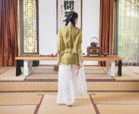Kobiety ręki skręta koralików artystyczny poczęcie Zen herbata Fotografia Stock