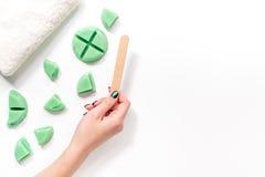 Kobiety ręki wp8lywy nawoskują dla depilaci kijem Ustawia dla depilaci na białego tła odgórnym widoku Obraz Royalty Free