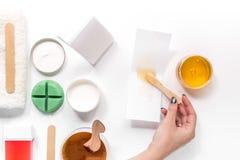 Kobiety ręki wp8lywy nawoskują dla depilaci kijem Ustawia dla depilaci na białego tła odgórnym widoku Zdjęcie Royalty Free