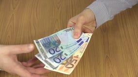 Kobiety ręki wynagrodzenia euro gotówki banknoty dla mężczyzna 4K zdjęcie wideo
