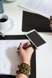 Kobiety ręka bierze notatki Obraz Stock