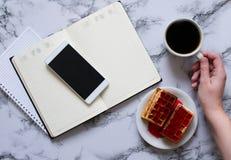 Kobiety r?ka, fili?anka kawy, planistyczny dzie?, biznesowy lunch i smartphone, obrazy royalty free