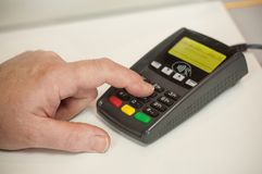 Kobiety ręka na kredytowej karty terminal un sklepie Zdjęcie Royalty Free