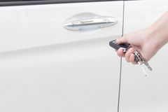 Kobiety ręka naciska puszek na pilot do tv samochodu kluczu Obraz Stock