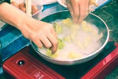 Kobiety ręka robi kucharstwu i kluski w campingowym natury tle Obraz Royalty Free