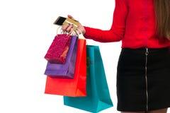 Kobiety ręka trzyma colourful zakupy papierowe torby, pakunki, cred Obraz Stock