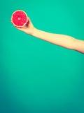 Kobiety ręka trzyma czerwonego winogrona owocowego plasterek Zdjęcia Royalty Free