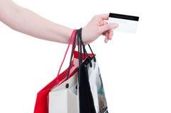 Kobiety ręka trzyma kredytowej karty i prezenta torby Zdjęcia Royalty Free