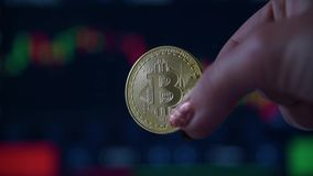 Kobiety r?ka trzyma z?ocistej monety bitcoin zdjęcie wideo