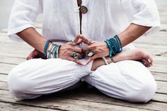 Kobiety ręka w joga symbolicznego gesta mudra Fotografia Stock