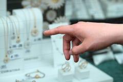Kobiety ręka wskazuje przy jewellery obrazy stock