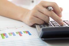 Kobiety ręka z biznesowym raportem Zdjęcia Stock