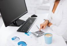 Kobiety ręka z kalkulatorem i papierami Zdjęcia Stock