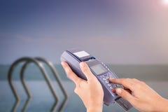 Kobiety ręka z kredytowej karty zamachem przez terminal Fotografia Stock
