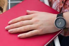 Kobiety ręka z zegarkiem Zdjęcie Royalty Free