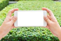 Kobiety ręki mienia telefonu komórkowego dopatrywania wideo Fotografia Royalty Free