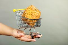 Kobiety ręki mienia wózek na zakupy z chlebem Zdjęcie Royalty Free