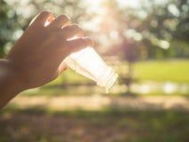 Kobiety ręki mienie pusty sok butelka Zdjęcie Royalty Free