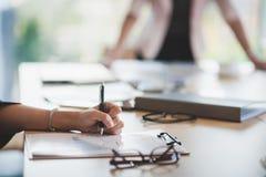 Kobiety ręki writing na papierze na schowku Obrazy Stock