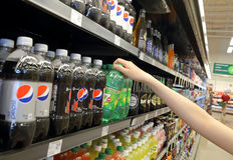 Kobiety ręki wybiórek napój Zdjęcia Stock