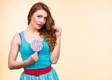 Kobiety radosna dziewczyna z lizaka cukierkiem Zdjęcia Stock