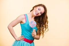Kobiety radosna dziewczyna z lizaka cukierkiem Obraz Royalty Free