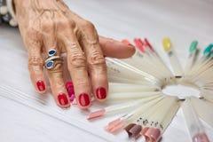Kobiety robiąca manikiur ręka z srebro pierścionkiem Fotografia Royalty Free