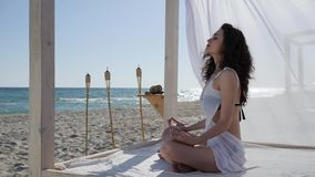 Kobiety robi joga na bulwarze, głęboki oddech dziewczyna brzeg ocean, kobieta medytuje na plaży, zdjęcie wideo